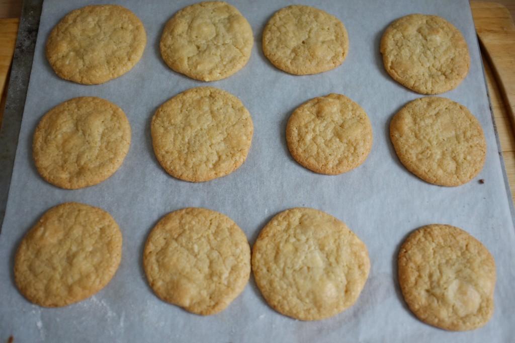Les cookies sans gluten aux pépites de chocolat blanc à la sortie du four