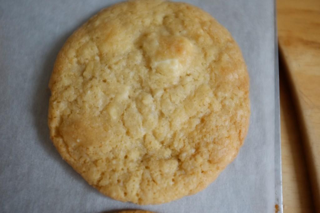 On aperçoit sur les cookies les pépites de chocolat blanc