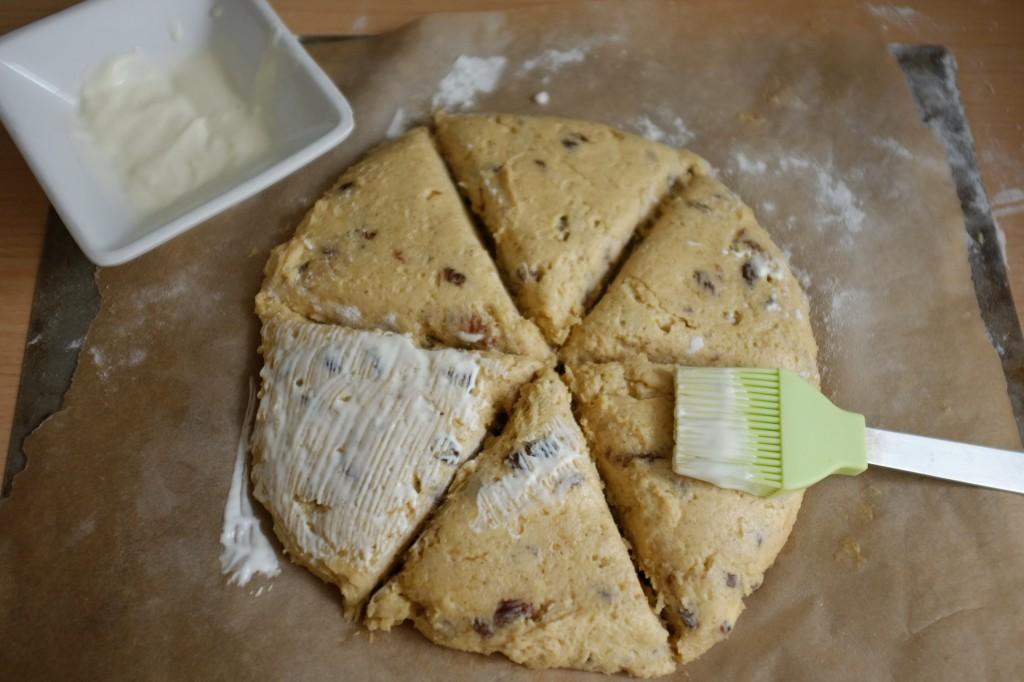 La pâte est badigeonnée de crème fraiche et saupoudrée de sucre de canne