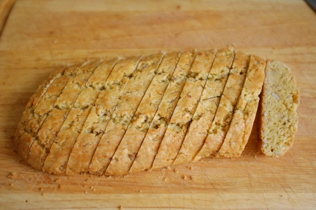 Il faut absolument que le pain soit complètement refroidi, puis je coupe les biscotti un peu en diagonal