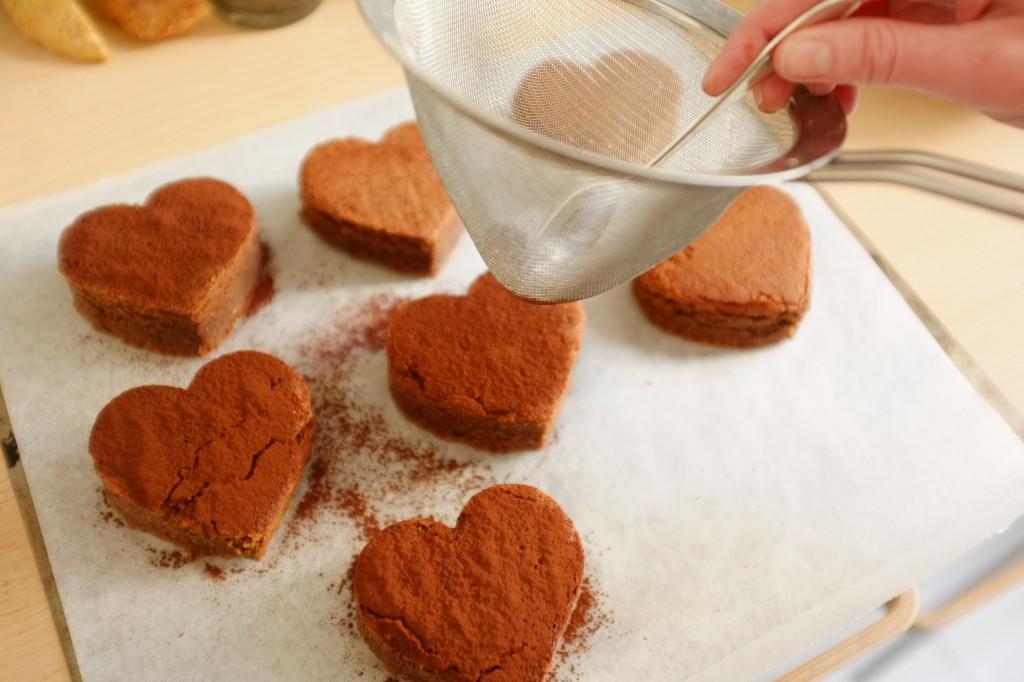 Les brownie sans gluten sont saupoudrés de poudre de cacao noir sans gluten