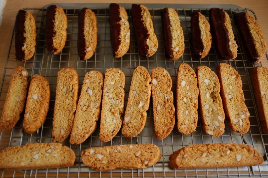 Les biscotti sans gluten orange, amande et chocolat noir refroidissent sur une grille.