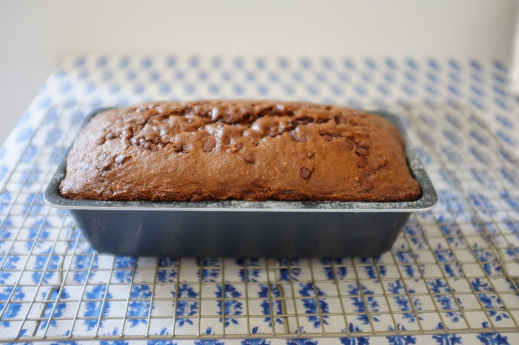 Le cake sans gluten banane-chocolat à la sortie du four avant d'être démoulé.