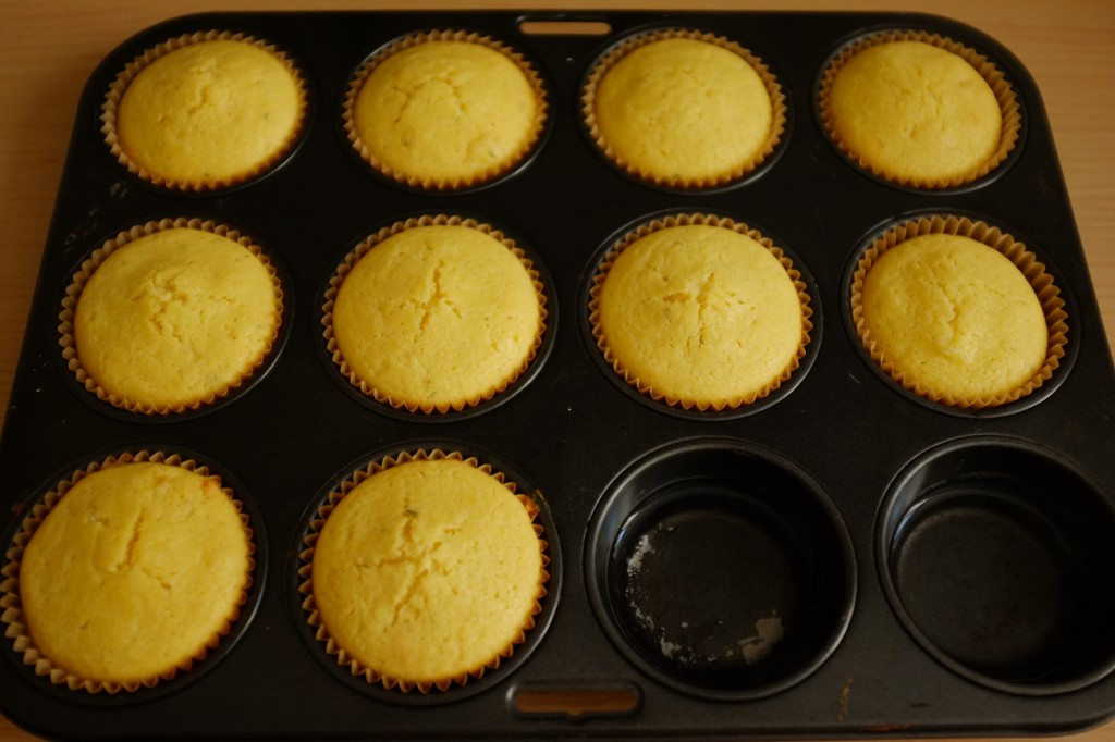 Les muffins maïs et cheddar sans gluten à la sortie du four