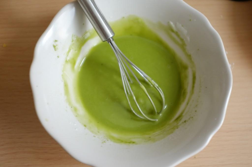 Voilà un magnifique glaçage vert coloré sans gluten et naturel