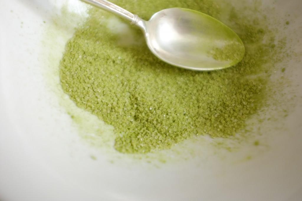 Je fais la même coloration avec du sucre de canne en poudre et un peu de poudre de thé Matcha,