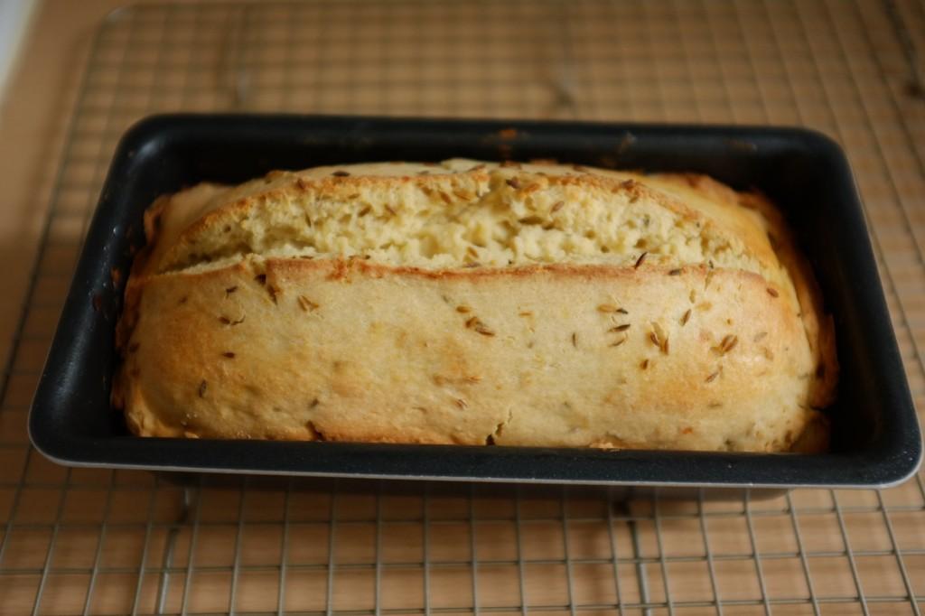 Le pain sans gluten à la bière et au cumin à la sortie du four