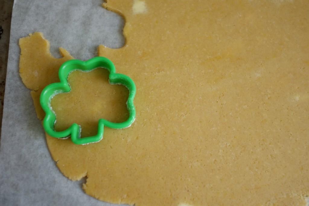 Je découpe des trèfles Irlandais dans la pâte sans gluten