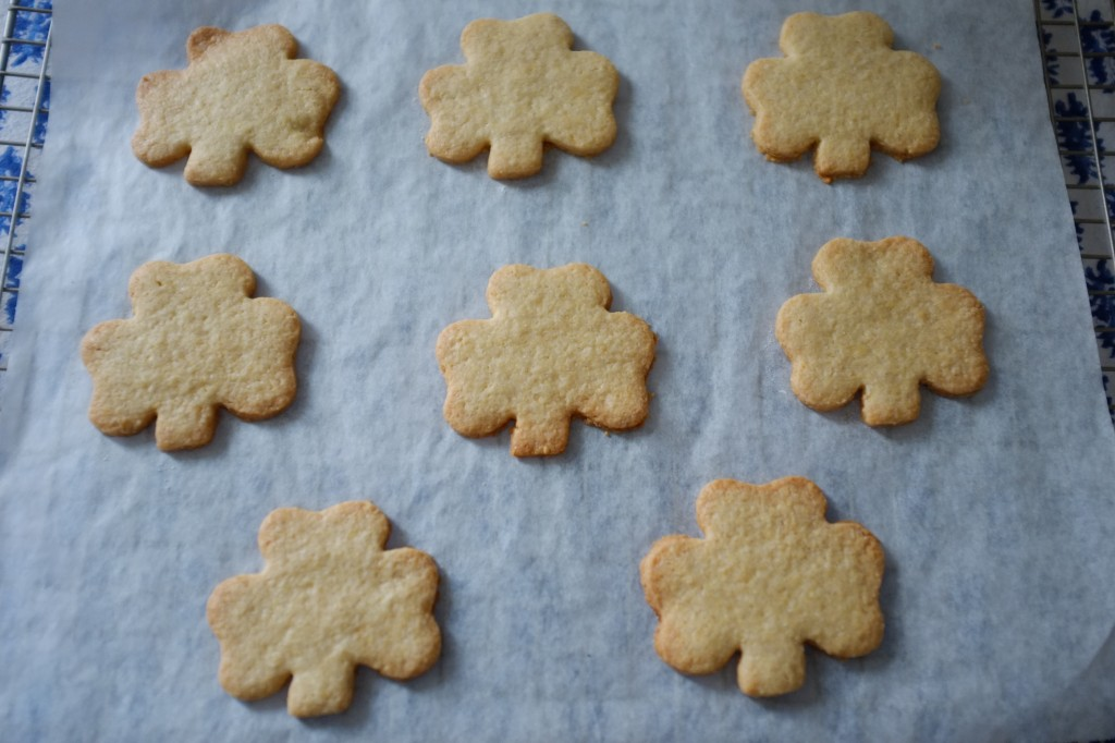 Les biscuits sans gluten trèfle Irlandais à la sortie du four