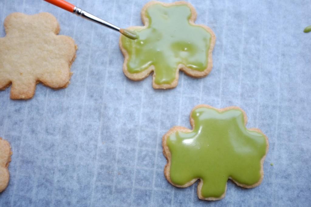 Les biscuits sans gluten sont glacés vert Irlandais, avec un glaçage lui aussi sans gluten !