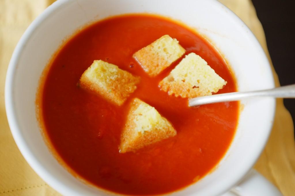 Le muffins sans gluten aux maïs et cheddar est découpé en croutons pour accompagner le velouté de tomate sans gluten