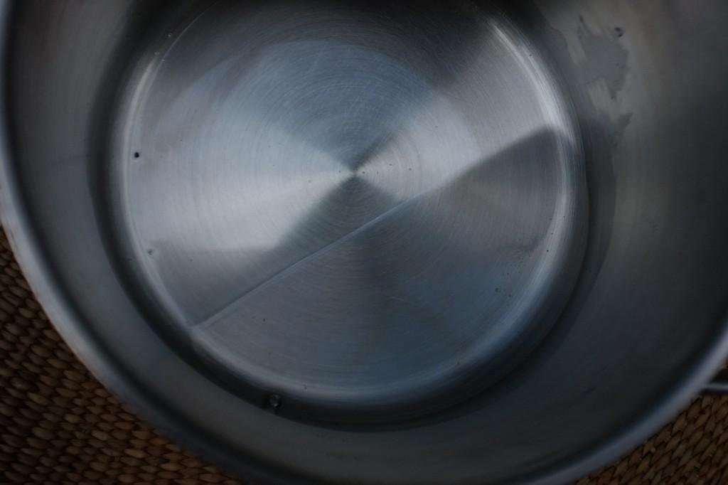 L'huile de coco est solide et blanche, puis devient transparente lorsqu'elle chauffe