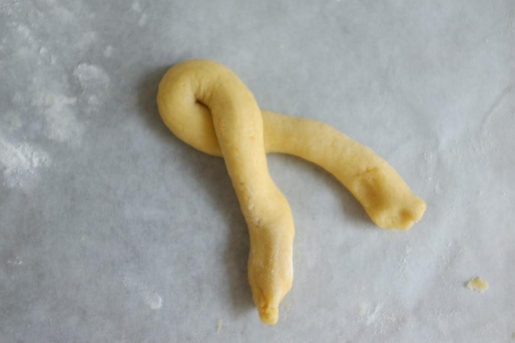 Je replis le fin rouleu de pâte sans gluten en deux