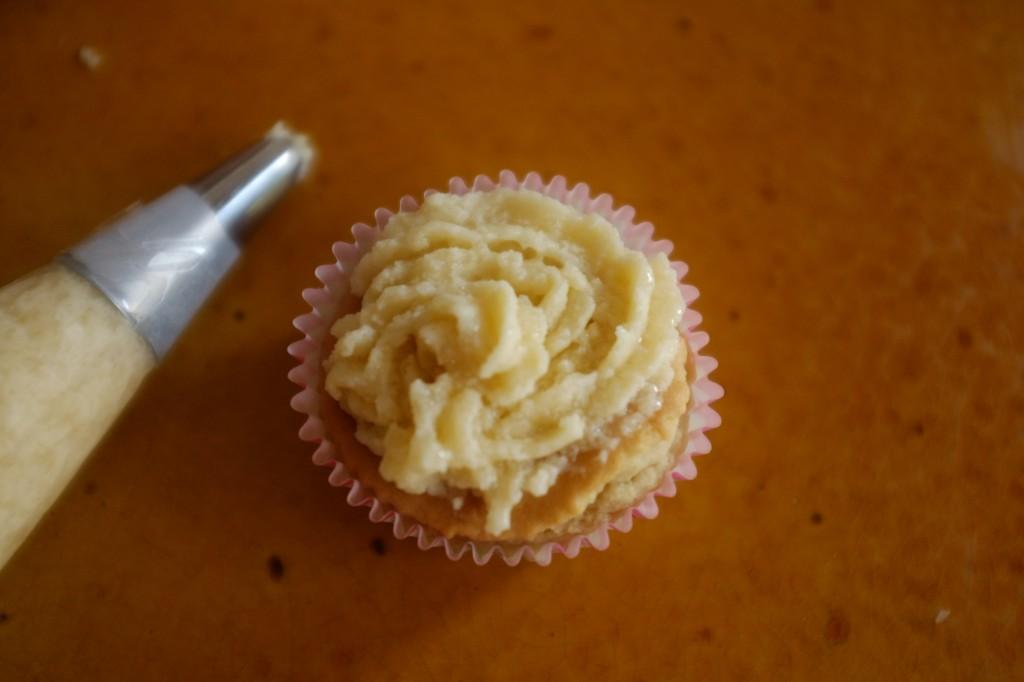 La décoration du cupcake sans gluten à la crème au beurre-coco