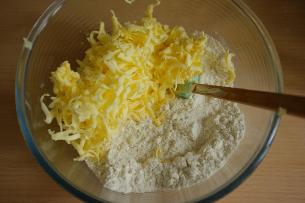 """Les """"ingrédients secs"""" sans gluten et le beurre râpé."""