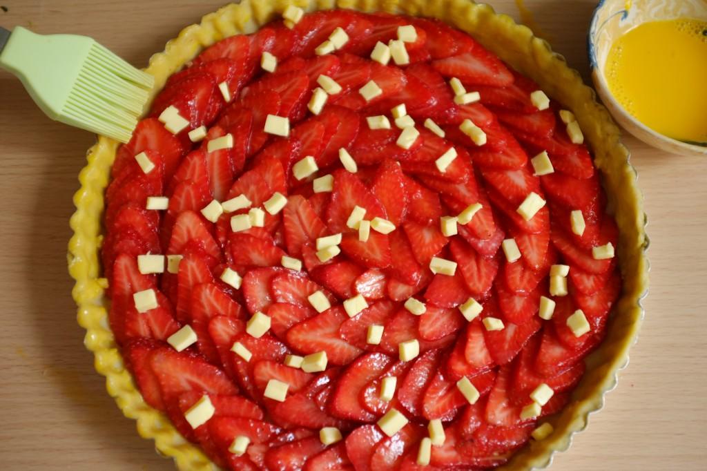 Avant d'être enfournés, les bords de la tarte sans gluten sont badigeonnés avec un jaune d'oeuf battu avec de l'eau pour obtenir une belle couleur dorée.