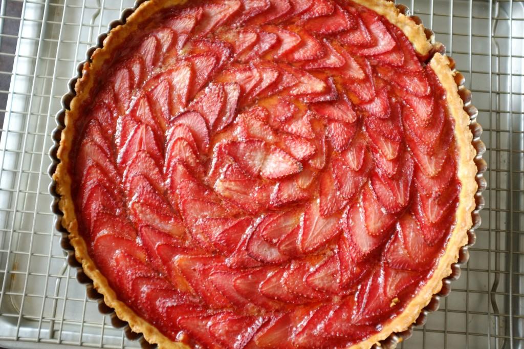 La tarte aux fraises sans gluten à la sortie du four