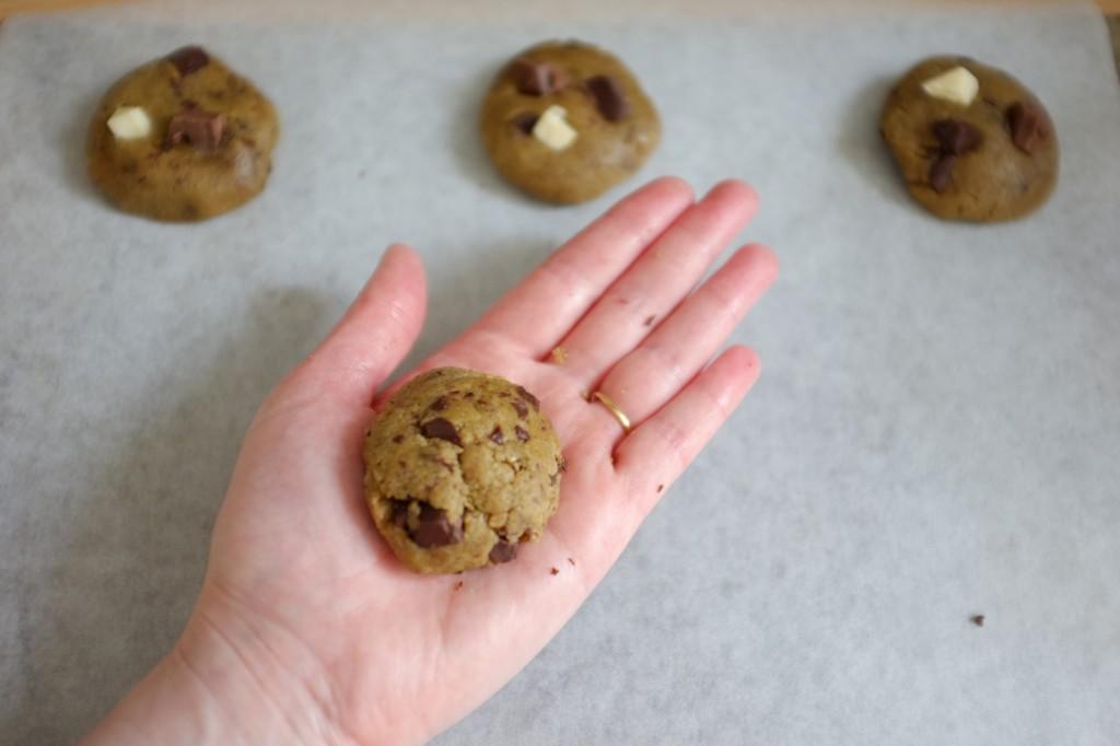 Je façonne les cookies dans la paume des mains, une boule un peu aplatie