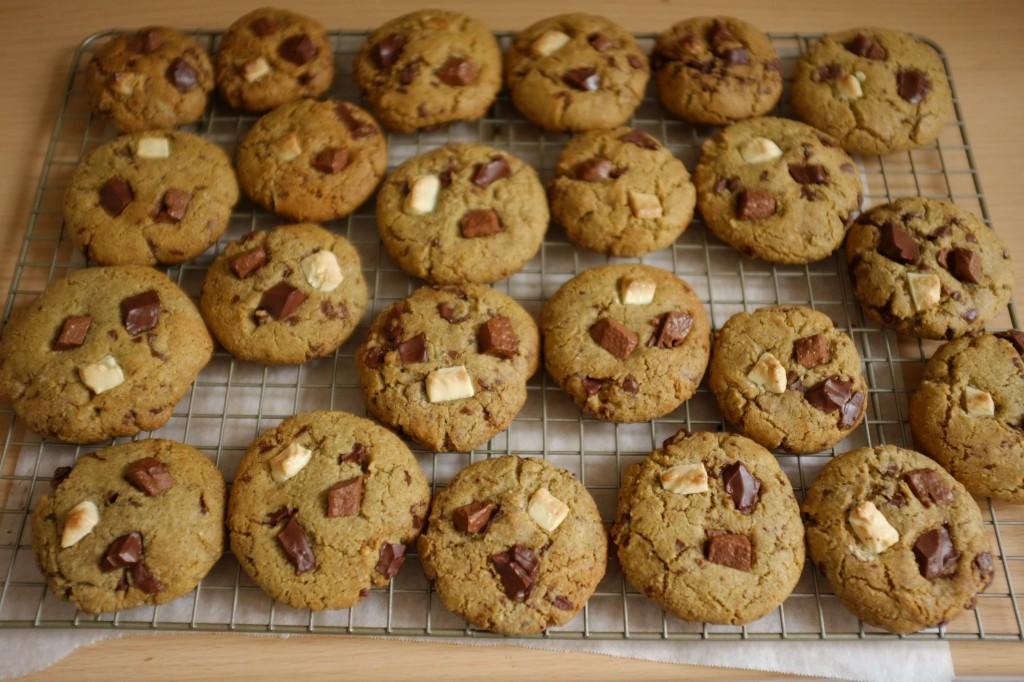 Les cookies sans gluten aux 3chocolats refroidissent sur une grille...