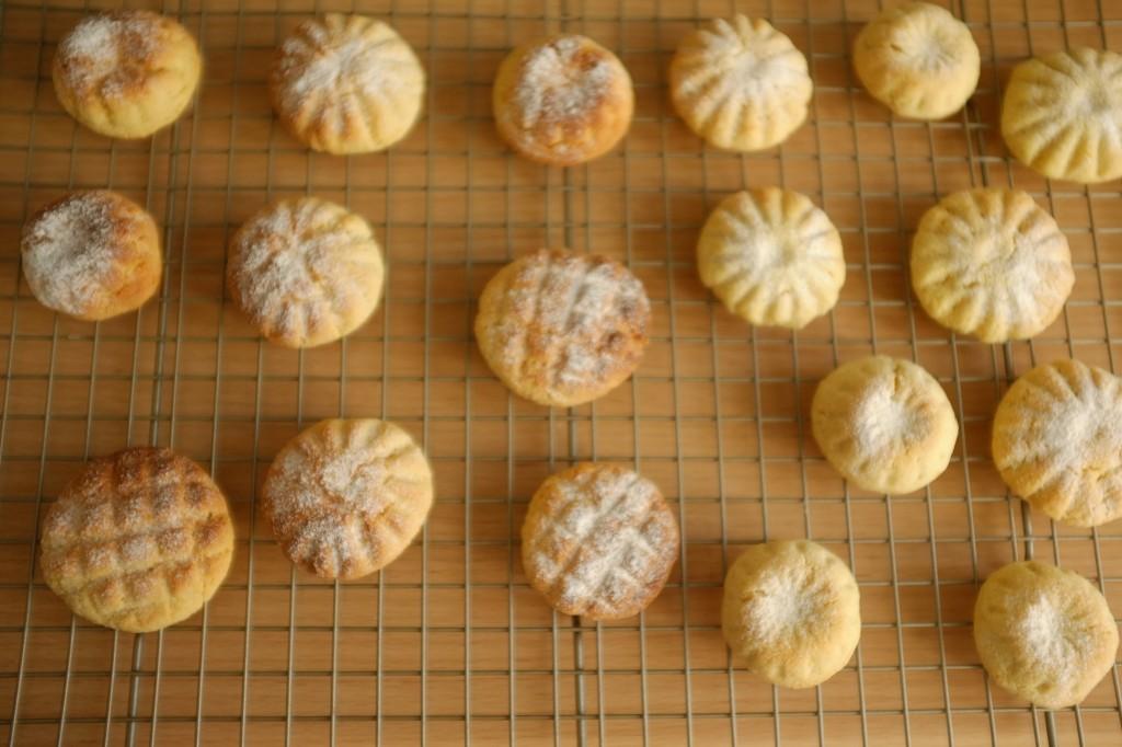 Les Ghriba sans gluten sont suapoudrés de sucre glace juste à la sortie du four, lorsqu'ils sont encore tièdes