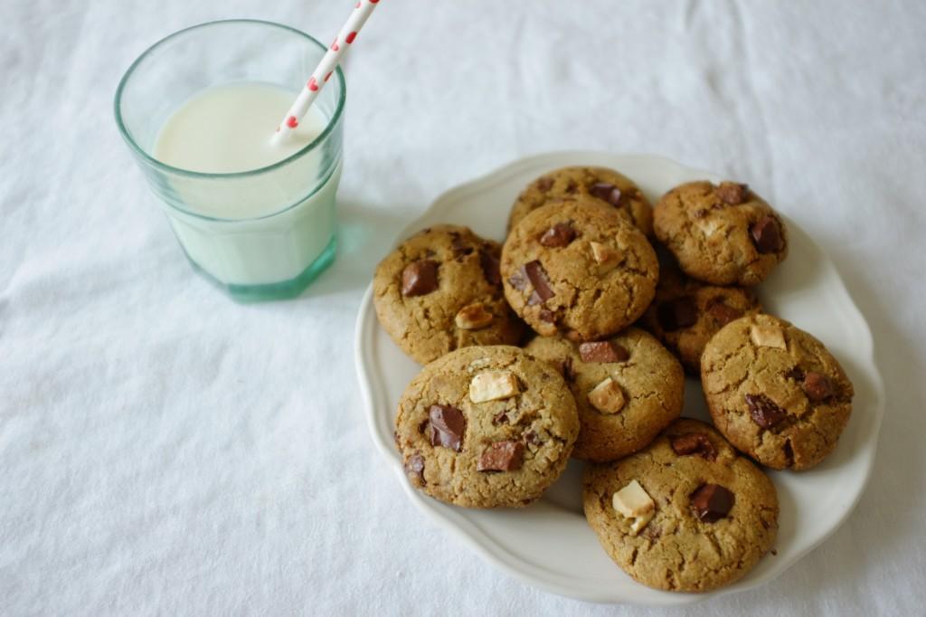 Les cookies sans gluten aux éclats de 3 chocolats: noir, blanc et aux lait