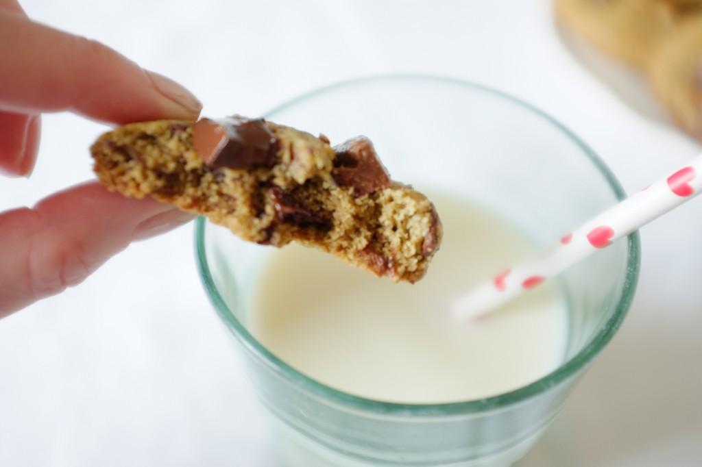 J'aime accompagner mon cookie sans gluten aux 3 chocolat d'un verre de lait végétal.