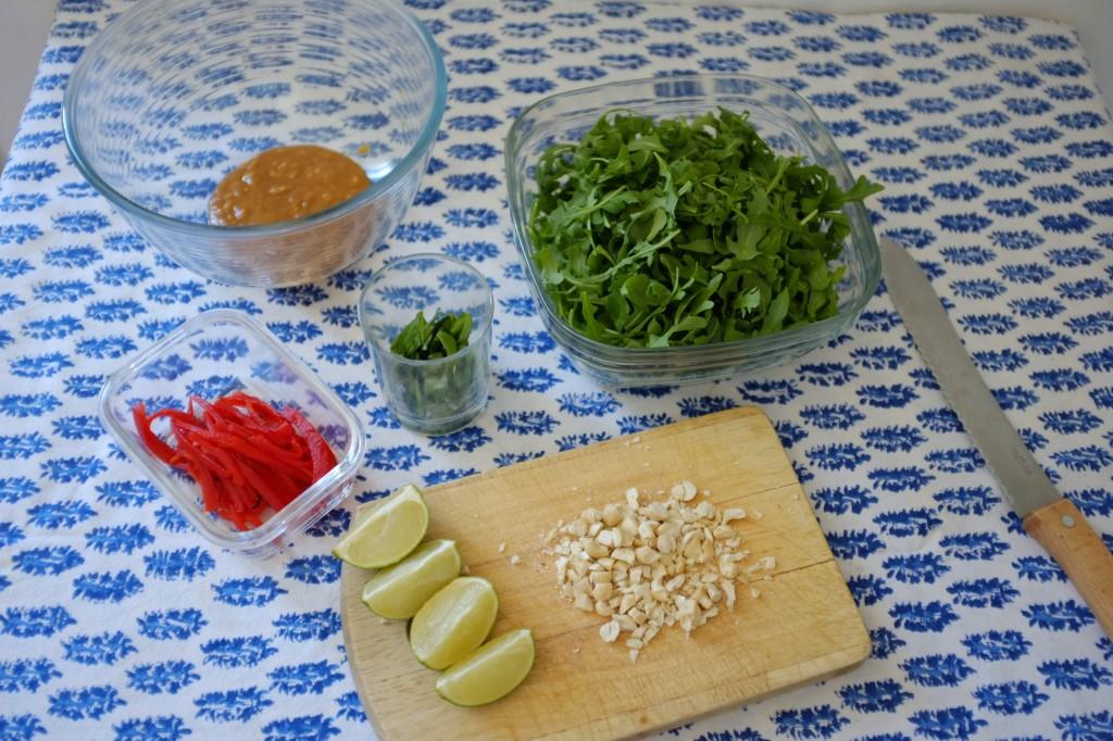 Les ingrédients sans gluten sont préparés avant la cuisson des nouilles soba
