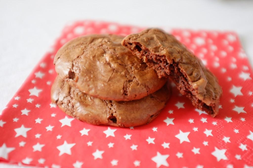 Les cookies-brownie au chocolat sont croquant dessus et moelleux dedans.