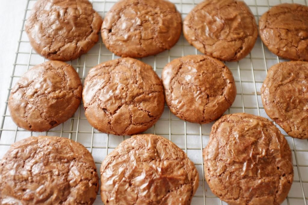 Les cookies-brownie sans gluten au chocolat refroidissent sur une grille
