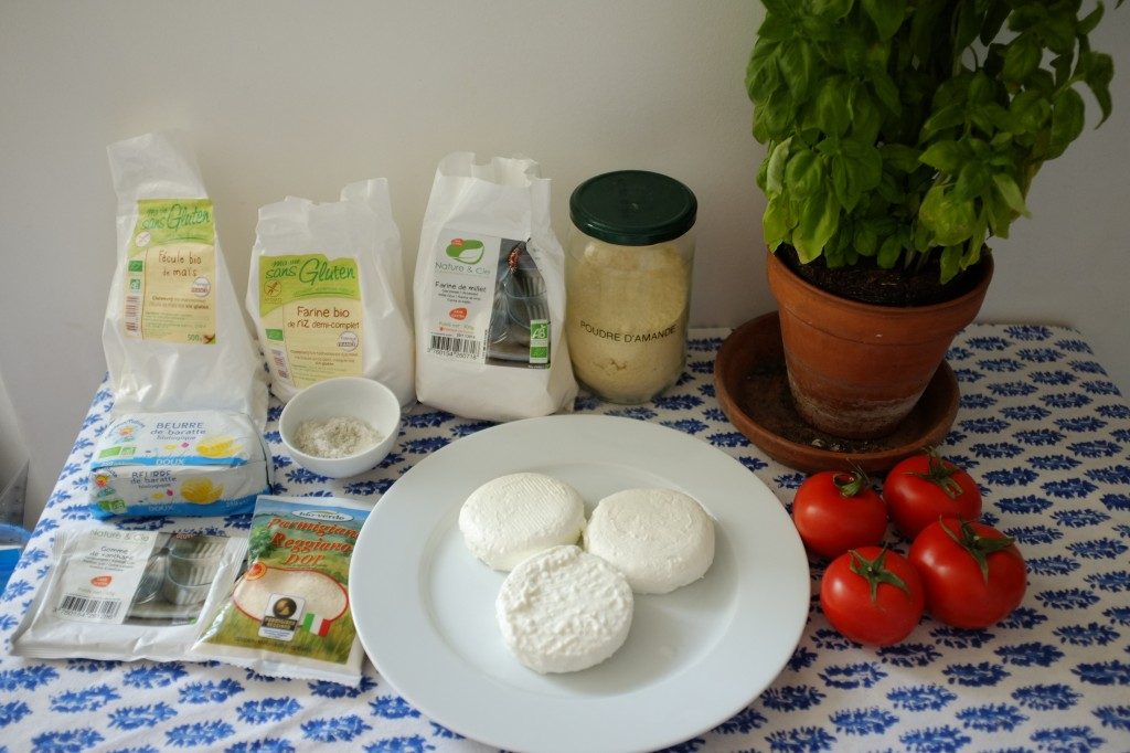 Les ingrédients sans gluten pour la tarte au fromage de chèvre, basilique et tomate