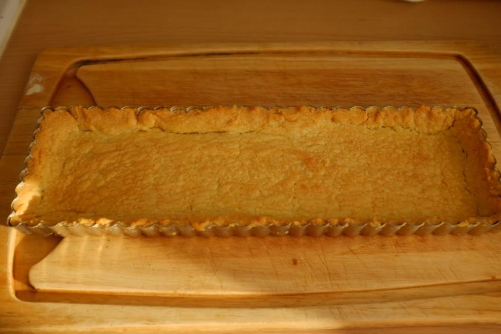 Le fond de tarte à la sortie du four, la pâte sans gluten est d'une belle couleur dorée