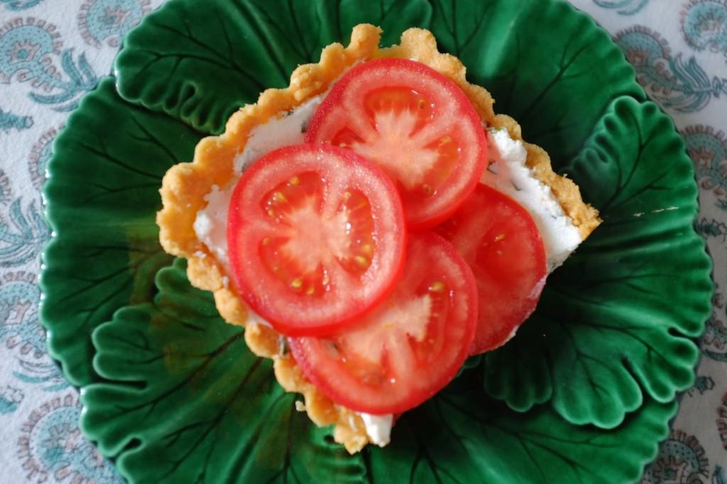 La tarte sans gluten au fromage de chèvre frais, basilique et tomate