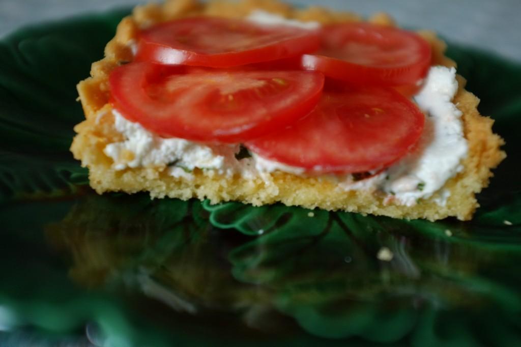 La tarte sans gluten au fromage de chèvre frais, basilqiue et tomate