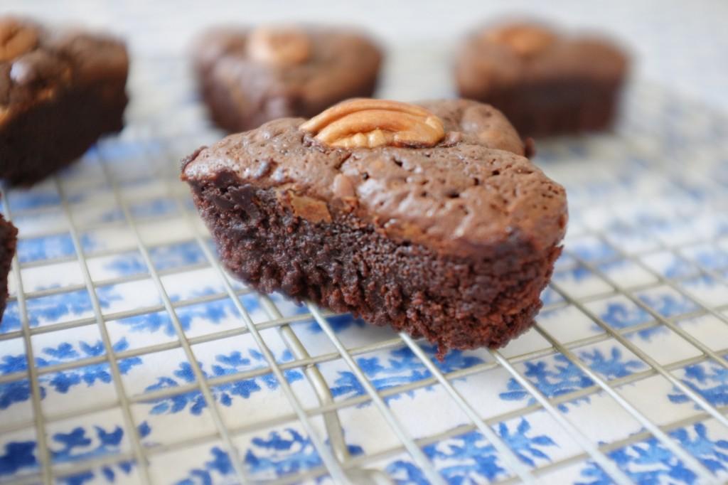 Les brownies aux noix de pécan sans gluten refroidissent sur une grille