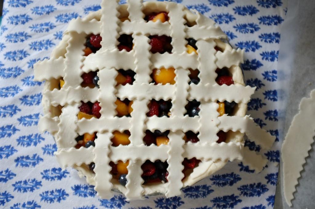 La tarte tressée sans gluten  à la framboise, pèche et myrtille avant d'être mis au réfrigérateur 30mn.