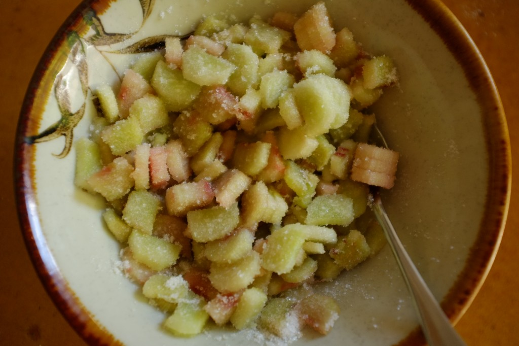 Le rhubarbe est coupée en lamelles et dégorger avec du sucre.