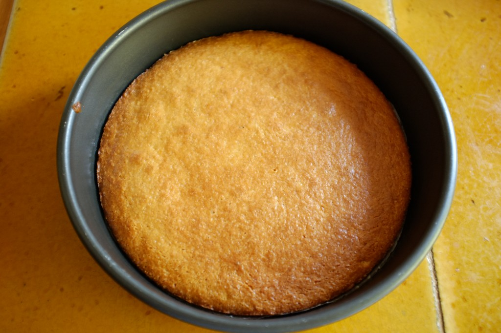 Le gâteau sans gluten à l'orange à la sortie du four