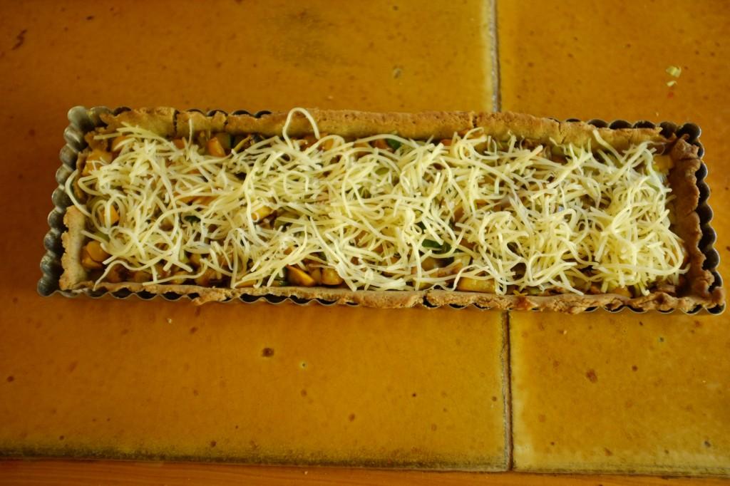 Sur les légumes, une couche de gruyère est déposé