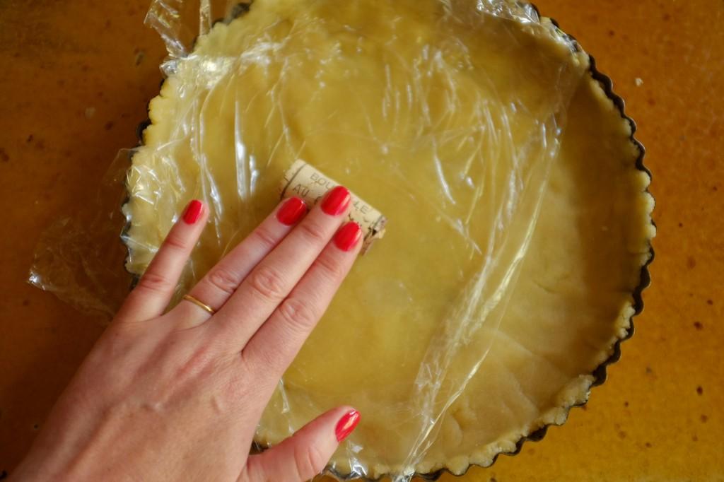 pour facilement étaler la pâte sans gluten, j'utilise une feuille de film fraicheuret un bouchon de vin comme nini rouleau à pâtisserie