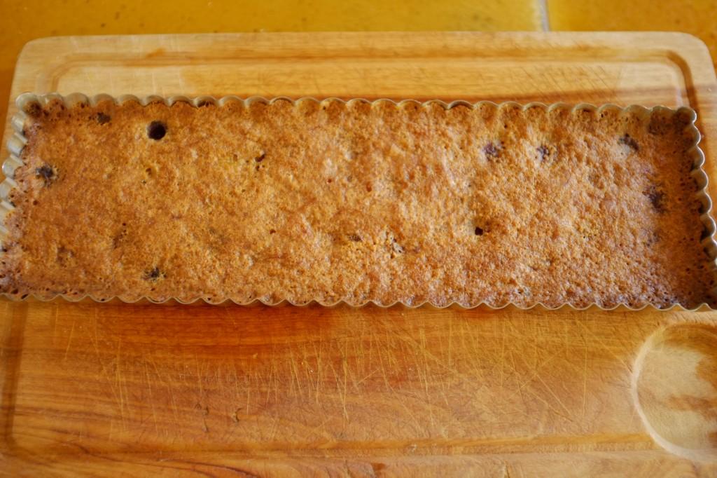Le gâteau sans gluten framboise et rhubarbe à la sortie du four