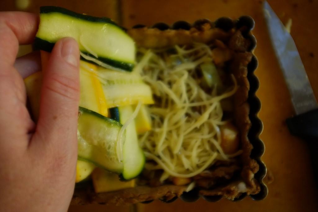 Avec le tressage, il est facile de soulever les lamelles de courgettes pour verser le mélange oeuf/crème