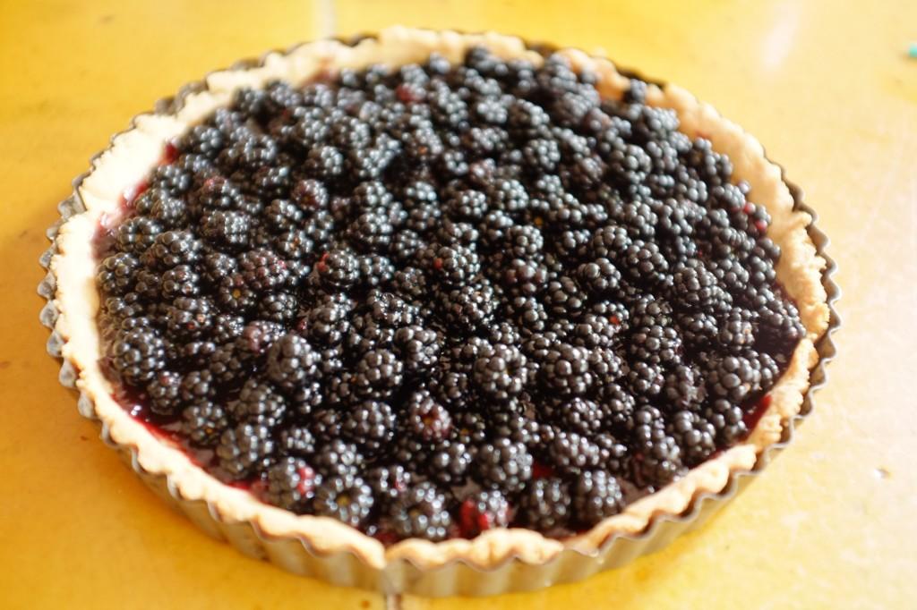 la tarte sans gluten est ensuite généreusement recouverte des mûres sauvages