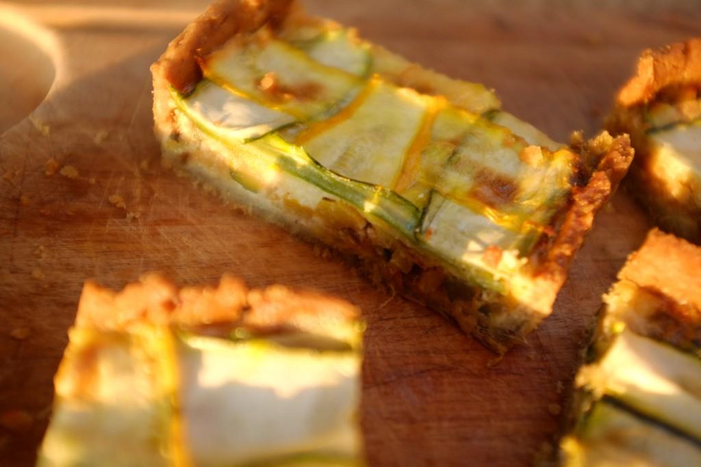 Les parts de la tarte sans gluten courgette et poireau
