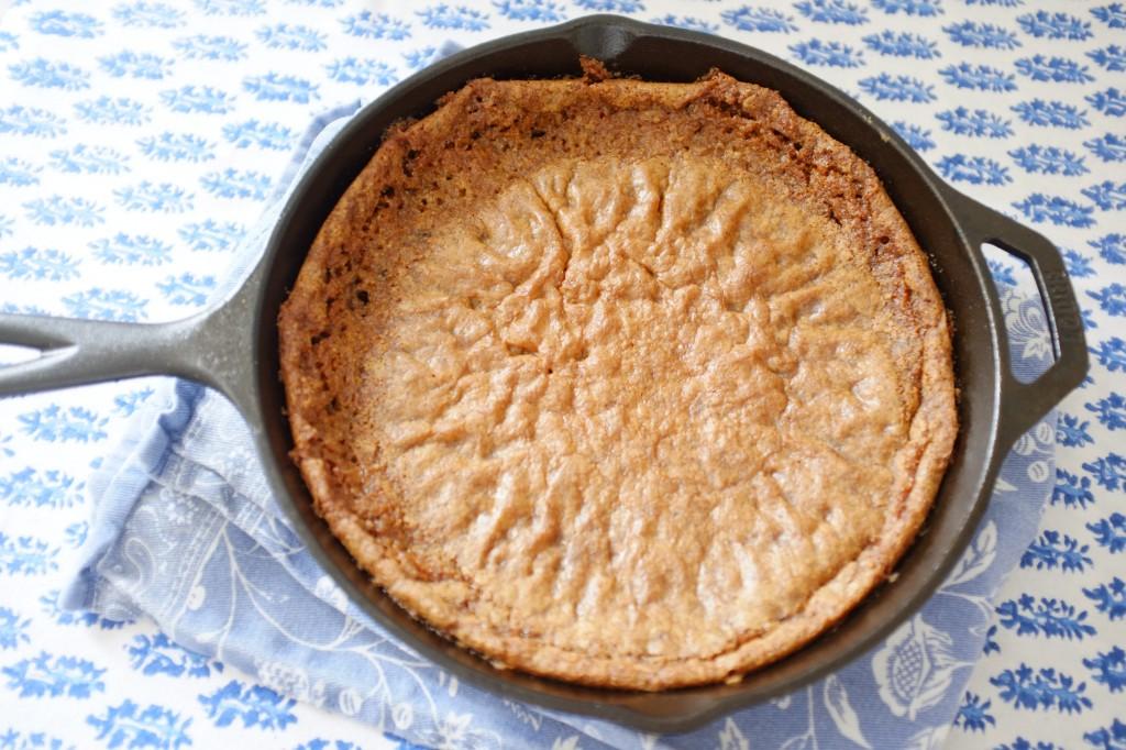 La pâte sans gluten de cookie au chocolat redescend lorsqu'elle refroidit...