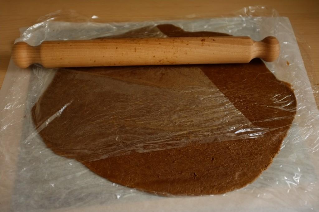 La pâte sans gluten est étalée entre deux feuilles de film fraicheur pour éviter qu'elle colle.