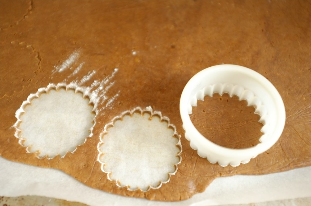 les biscits sont découpés avec un emporte-pièce fariné.