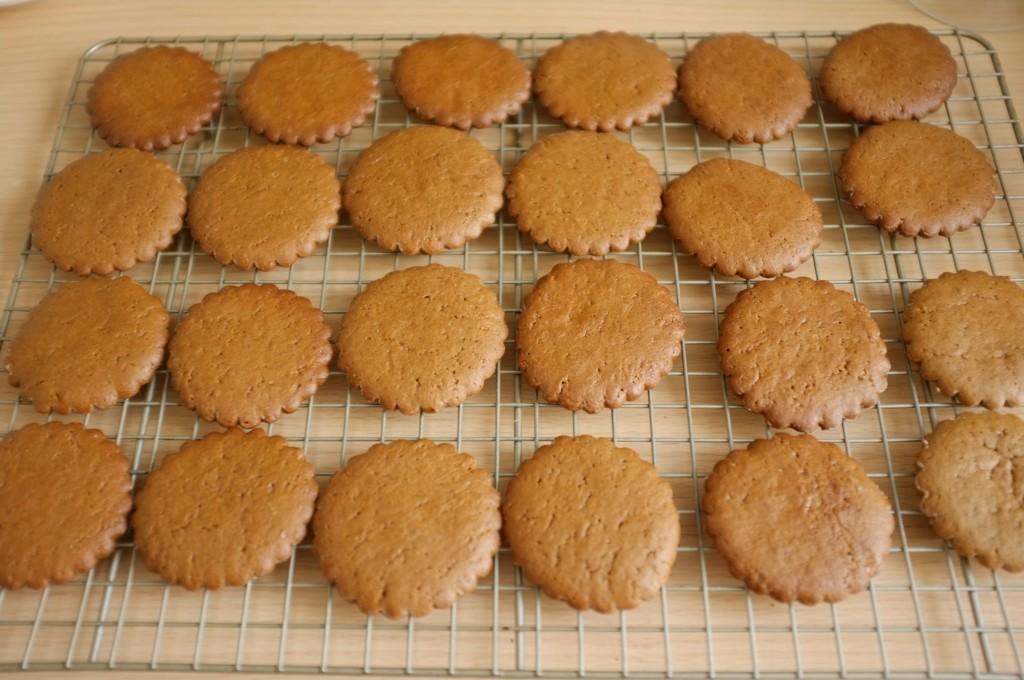 Les bisciuts sans gluten orange-cannelle refroidissent sur une grille
