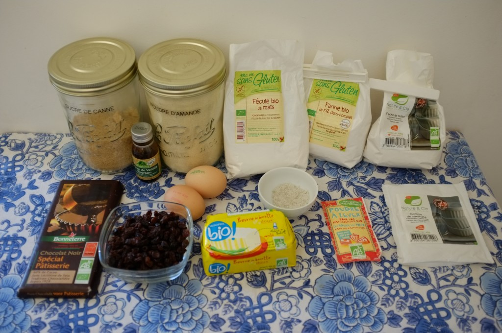 les ingrédients pour le gâteau sans gluten aux raisins et éclats de chocolat