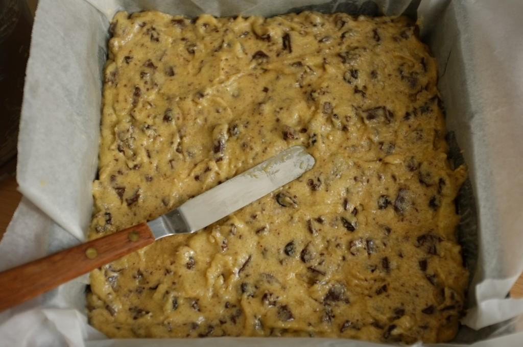 La pâte sans gluten est très épaisse, lisser à l'aide d'une spatule avnt d'enfourner.