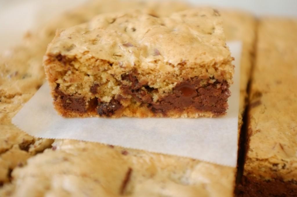 Une part de gâteau sans gluten aus raisins et éclats de chocolats